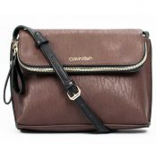 cartera-de-hombro-calvin-klein-color-cafe.jpg
